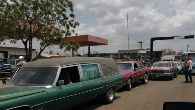 Photo of Transportistas fúnebres denuncian que tienen que «mostrar los muertos» para cargar combustible